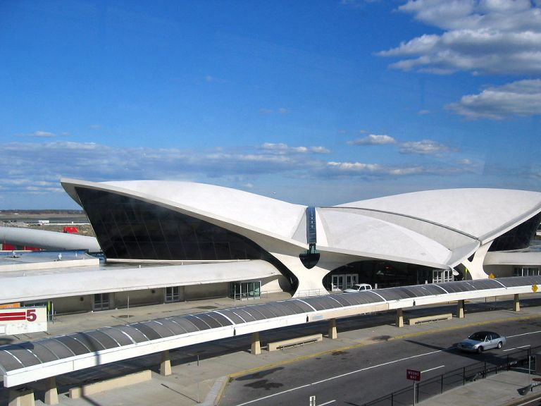 The TWA Flight Center at JFK Airport. By pheezy (Flickr) [CC-BY-2.0], via Wikimedia Commons