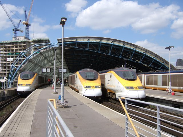 Eurostar trains at Waterloo International (note the asymmetric cross section of the roof). Timothy Baldwin [CC-BY-SA-2.0], via Wikimedia Commons