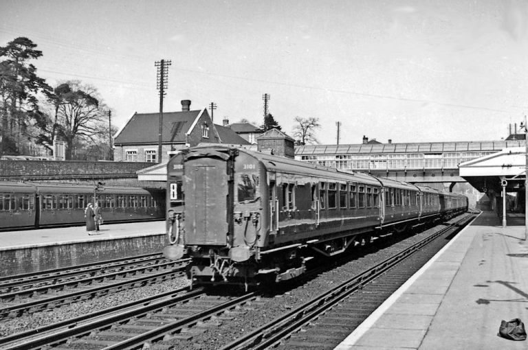 A London-Portsmouth express at Weybridge station. Ben Brooksbank [CC-BY-SA-2.0], via Wikimedia Commons
