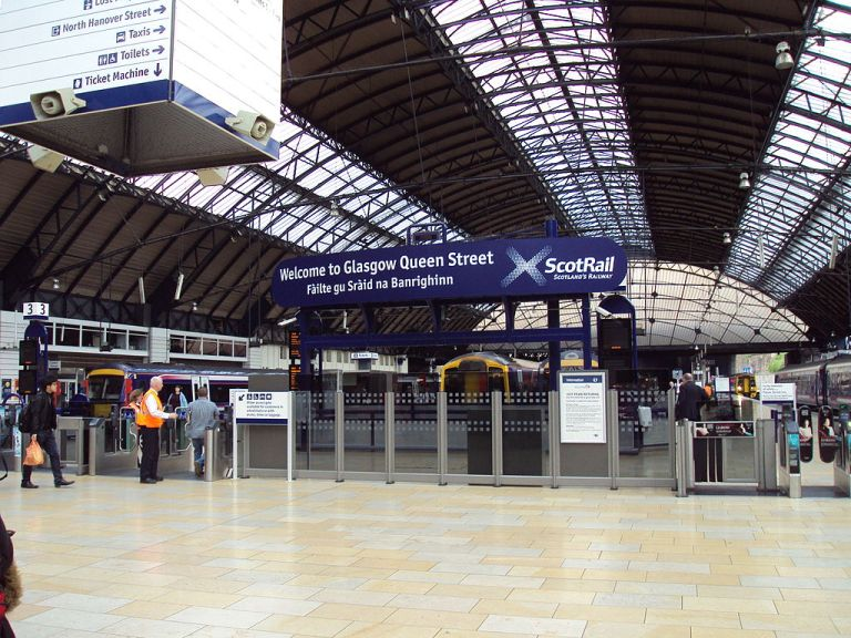Glasgow Queen Street station, under the trainshed roof. By Green Lane (Own work) [GFDL or CC-BY-SA-3.0-2.5-2.0-1.0], via Wikimedia Commons