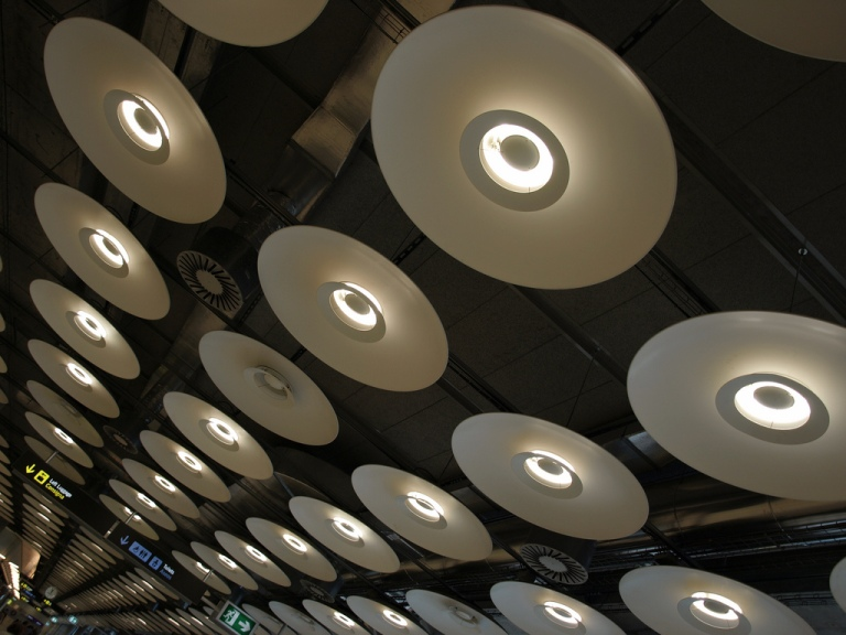The 'wok' lights at Barajas Terminal 4. By [CC BY 2.0] via this flickr page