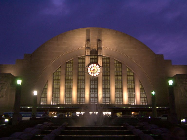 Cincinnati Union Terminal at dusk, 2005. By I, Black Wolff, am the author of this picture. (Cincinnati, Ohio, USA) [GFDL, CC-BY-SA-3.0 or CC-BY-2.5], via Wikimedia Commons
