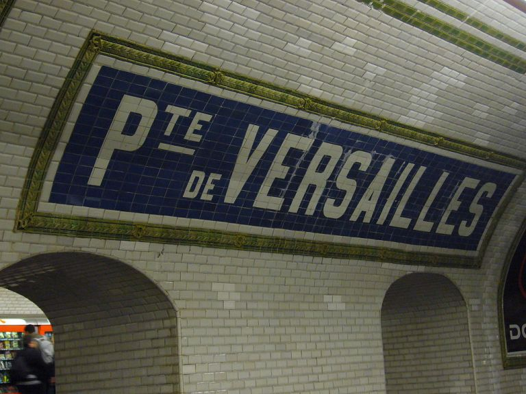 One of the tiled station names at Porte de Versailles. By Greenski (Own work) [GFDL or CC-BY-SA-3.0-2.5-2.0-1.0], via Wikimedia Commons