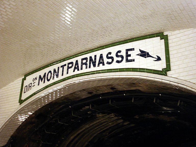 Sèvres - Babylone station. This sign above the tunnel at the end of the station shows which platform Montparnasse-bound trains depart from. By Clicsouris (Own work (Photo personnelle)) [CC-BY-SA-3.0], via Wikimedia Commons