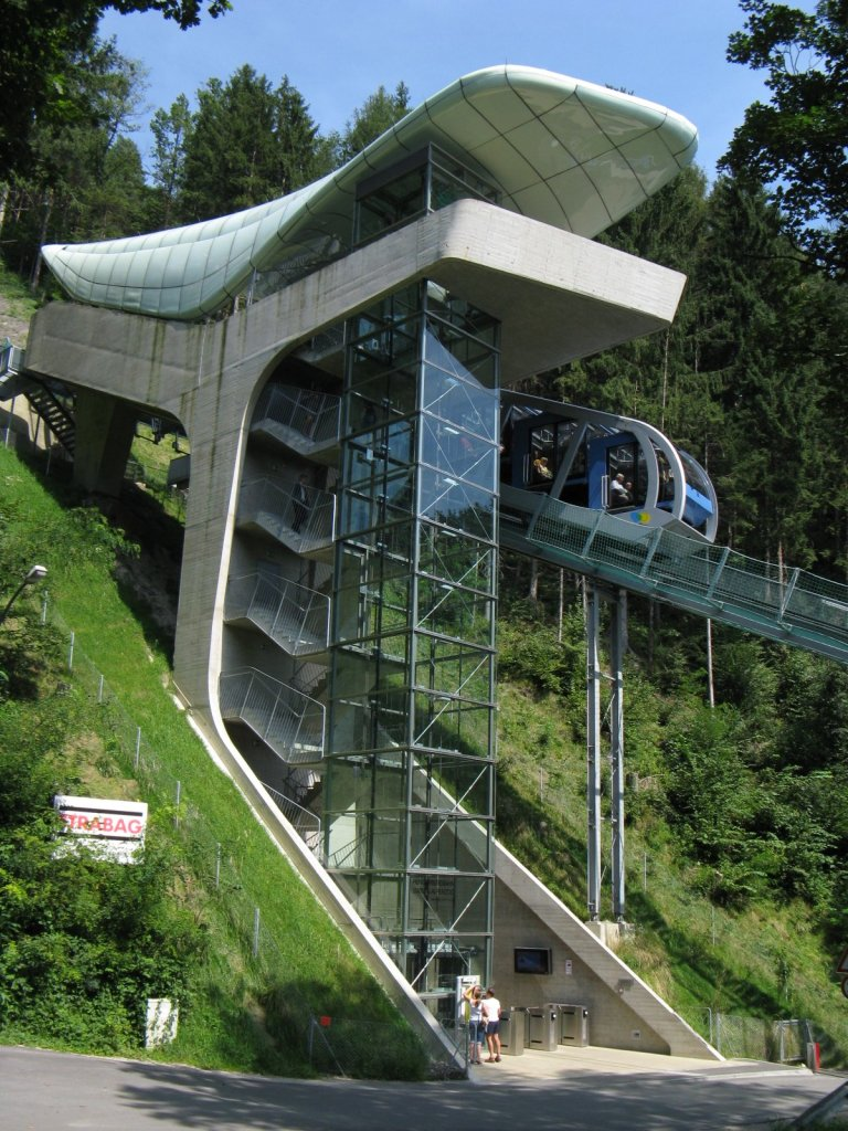 Alpenzoo station. By Hafelekar (Own work) [CC-BY-SA-3.0], via Wikimedia Commons