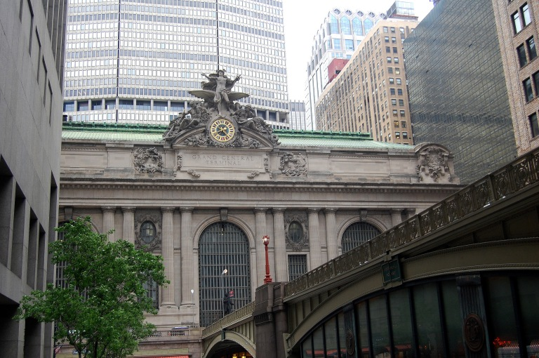 Grand Central Terminal surrounded by later buildings. The overpass is in the foreground, connecting the surrounding roads to an elevated roadway which runs round the terminal building. Photo by Daniel Wright [CC BY-NC-ND 2.0] via this flickr set
