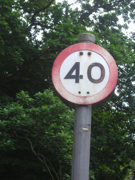 Pre-Worboys 40mph speed limit sign in Bishop's Avenue. Photo by David Howard [CC-BY-SA-2.0], via Wikimedia Commons