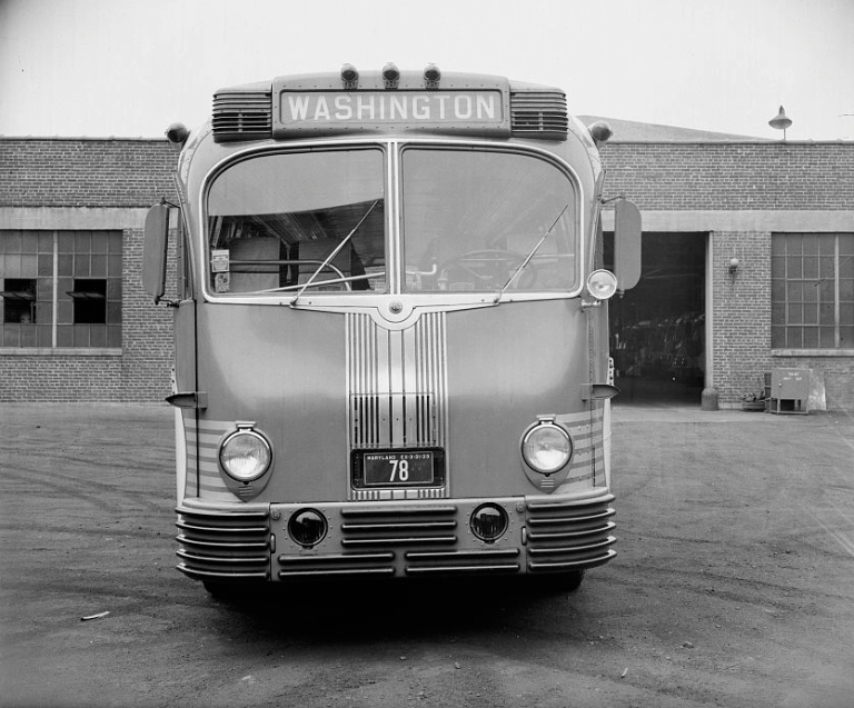A Greyhound Supercoach, which entered service at the same time as Arrasmith built his Louisville terminal. Photo By Harris & Ewing, Photographers (http://www.loc.gov/pictures/resource/hec.24762/) [Public domain], via Wikimedia Commons