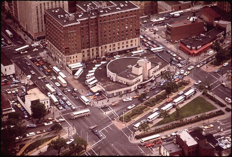 Washington D.C. Greyhound terminal from above, during 1973. By Yoichi R. (Yoichi Robert) Okamoto, 1915-, Photographer (NARA record: 2987665) (U.S. National Archives and Records Administration) [Public domain], via Wikimedia Commons