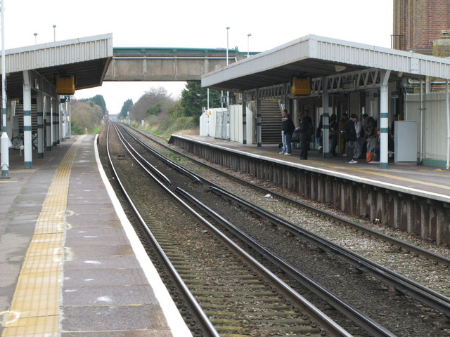 Durrington-on-Sea station's platforms and footbridge. Nothing special so far, I admit...Photo by Mike Quinn [CC BY-SA 2.0], via Wikimedia Commons