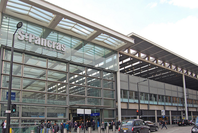 The logo for St Pancras International can be seen in this photo of the entrance which stands at the junction between the old station (out of frame to the left) and Lansley's new northern extension (on the right). Photo by Daniel Wright [CC BY-NC-ND 2.0] via this flickr set