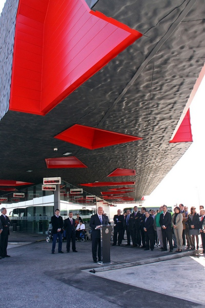 The official opening of Intercambiador de transportes de La Laguna on 24 March 2011. President of the Canary Islands government Ricardo Melchior is at the lectern. Despite the assembled dignitaries trying to get in the way, this photo gives a great view of the detailing of the roof structure. Photo by www.acfipress.com [CC BY 2.0] via this flickr page