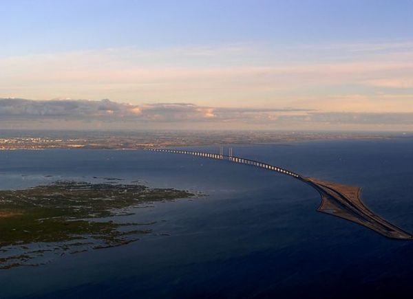 The Bridge and Peberholm, where the Oresund Link dives down into a tunnel. Photo by Dpol [CC BY-3.0] via this Wikimedia Commons page