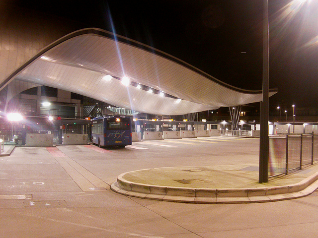 At night, the design influence of lightwaves on the bus station is more evident. Photo by Alice [CC BY 2.0] via this flickr page