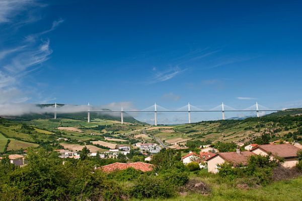 The Millau Viaduct. By Stefan Krause, Germany (Self-photographed) [GFDL or CC BY-SA 3.0], via Wikimedia Commons