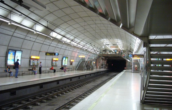Typical underground station of Metro Bilbao, with the mezzanine 'lifted' above the tracks. Photo by to get down [CC BY 2.0] via this flickr page