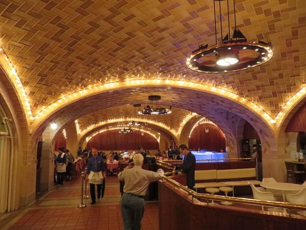 The Oyster Bar, Grand Central Terminal. Photo by Leonard J. DeFrancisci [CC BY-SA 3.0 or GFDL], via Wikimedia Commons