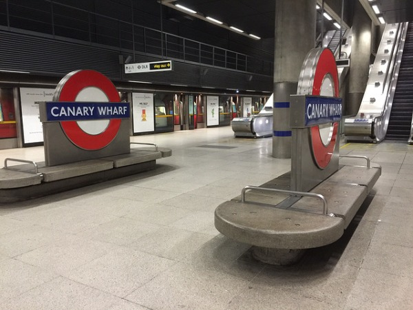 Roundels on the platform at Canary Wharf. Photo by London Moving [CC BY 2.0] via this flickr page