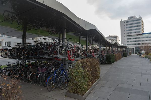 Large covered cycle shelter at Graz Hauptbahnhof. Ralf Roletschek [GFDL 1.2], via Wikimedia Commons