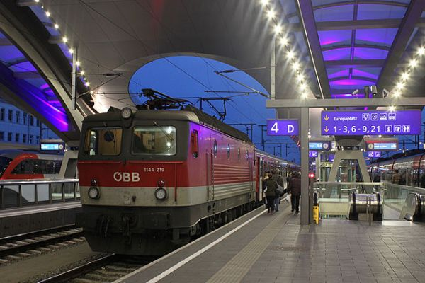 Graz Hauptbahnhof, new canopies at night. By NAC (Own work) [CC BY-SA 4.0], via Wikimedia Commons