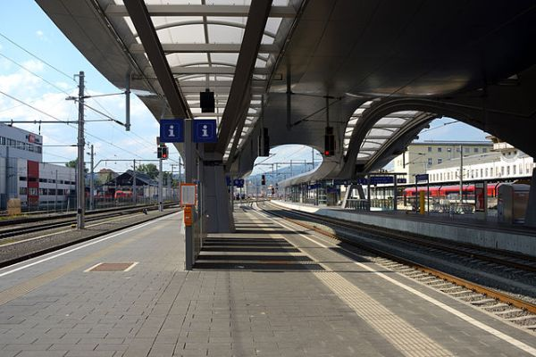 Graz Hauptbahnhof, new platform canopies. By Linie29 (Own work) [CC BY-SA 4.0], via Wikimedia Commons