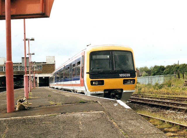 It's 1999 at Banbury station, three years since privatisation, but Chiltern Railways looks exactly as it did in Network SouthEast days... Photo by Roger Marks [CC BY NC-ND 2.0] via this flickr page