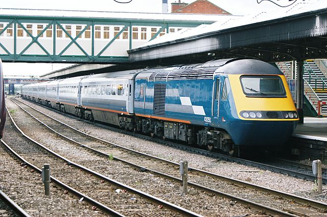Midland Mainline HST at Nottingham in 2008. Note how the second visual identity makes the train look much squarer at the front. Photo by Hugh Llewelyn [CC BY-SA 2.0], via Wikimedia Commons