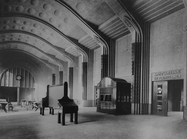 Inside Helinsinki Central, 1915. By Eric Sundström (Helsingin rautatieasema, Högström Hilkka) [Public domain], via Wikimedia Commons
