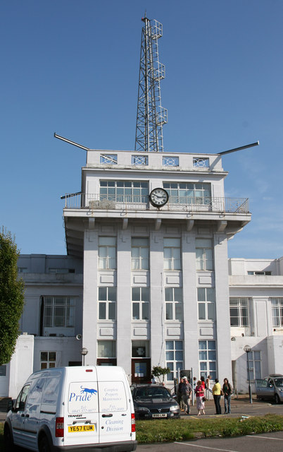 Croydon Airport control tower, integrated into the terminal building behind. Photo by Brendan and Ruth McCartney [CC BY-SA 2.0], via Wikimedia Commons